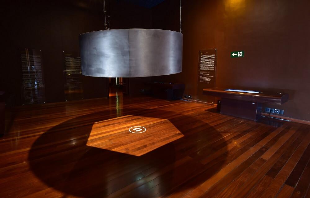 Expositor roda de vídeos e áudios no museu.