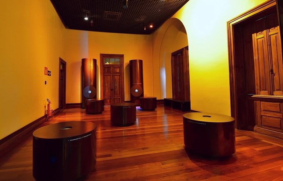 Galeria Miragens do museu, com expositores de minerais em ilusão de ótica.