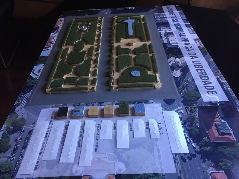 Vista de cima da maquete sensorial da Praça da Liberdade, mostrando a legenda em Braille.