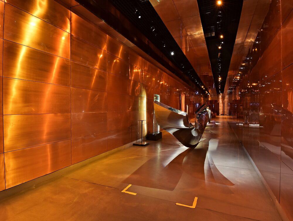 Escultura Língua Afiada, que consiste numa enorme escultura metálica curva, que ocupa quase que um corredor inteiro do museu.