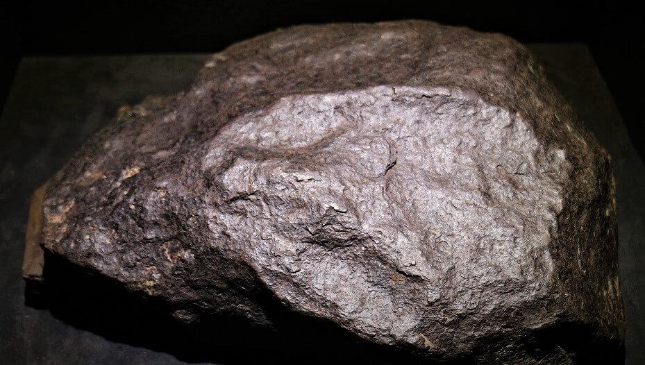 Meteorito rugoso, grande e cinza.