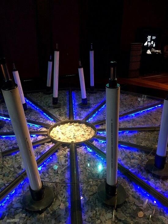 Exposição chão de estrelas em primeiro plano e, ao fundo, um expositor Pedras Sabidas.